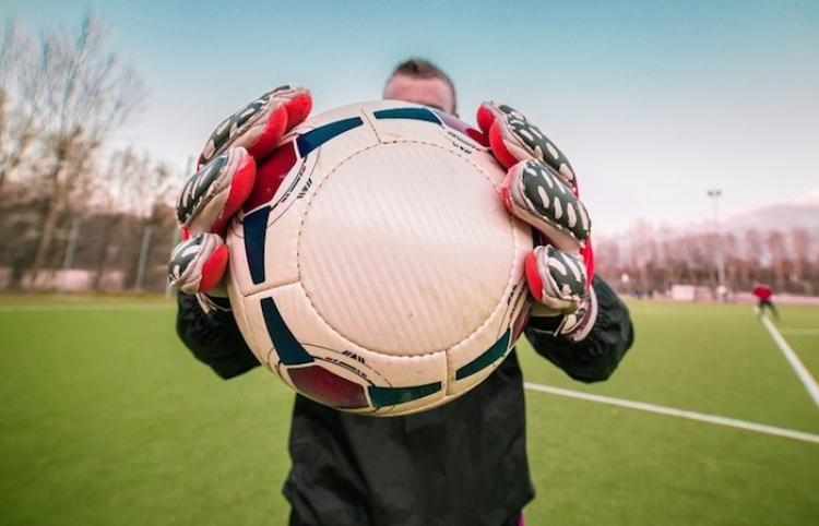 Un joven futbolista colombiano marca un gol 'maradoniano' tras burlar a siete rivales