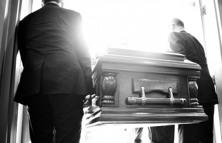 """""""Déjenme salir, ¡está oscureciendo aquí!"""": un fallecido 'reclama' estar vivo durante su funeral"""