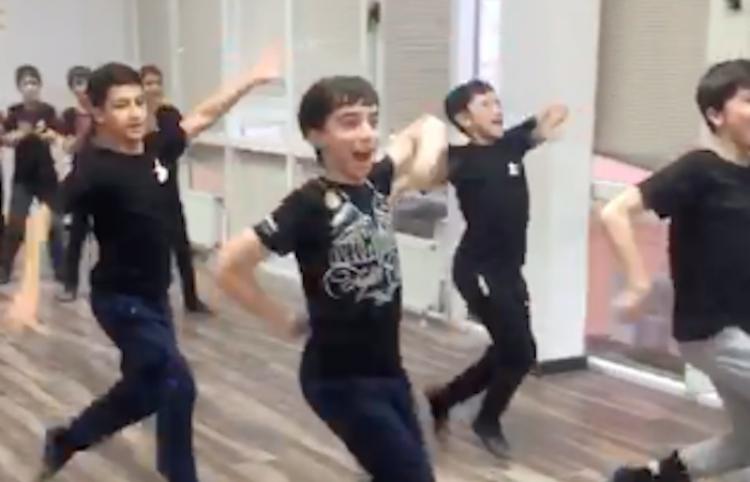 Increíble, estos chicos si que bailan coordinados