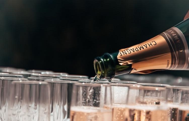 Un catador enseña en televisión cómo abrir un champán y la situación se sale de control