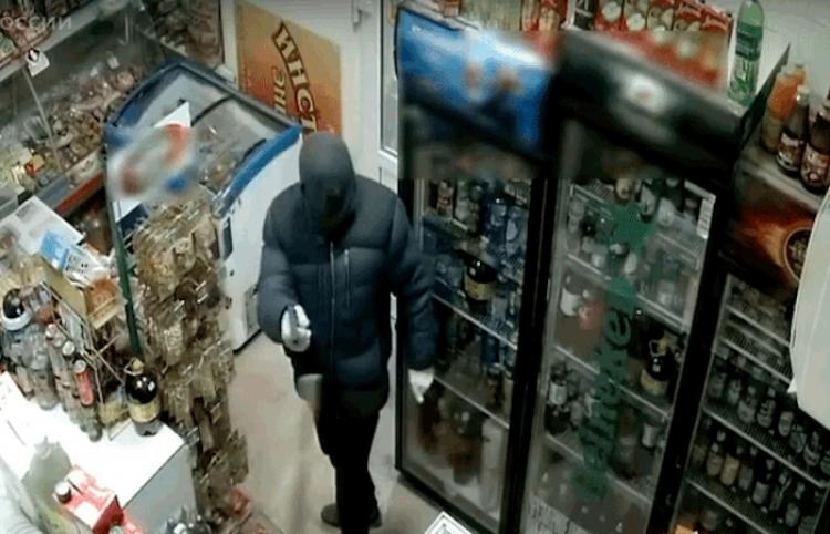Una empleada enfrenta y persigue con un trapeador a un ladrón armado en Rusia