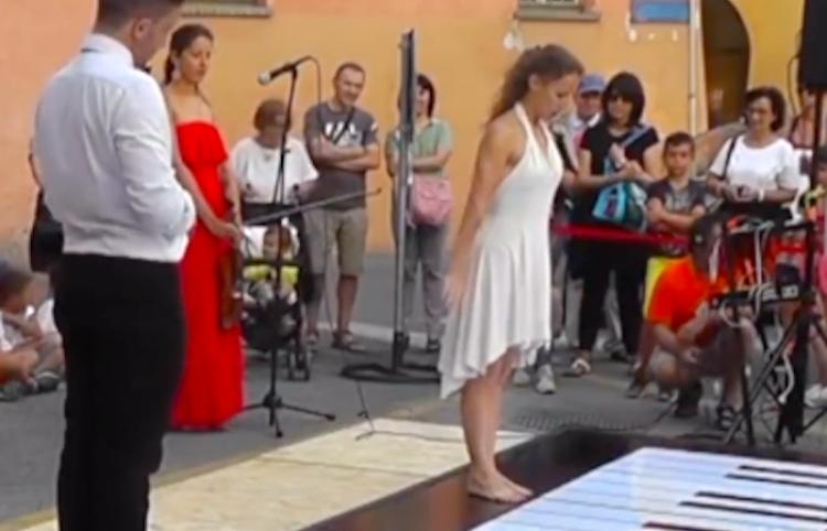 Increíble pareja toca un piano gigante