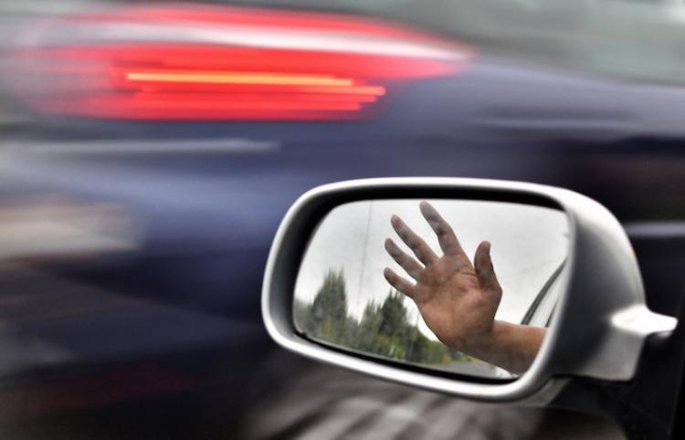 Mujer se 'autoatropella' tras olvidar poner el freno de mano de su coche