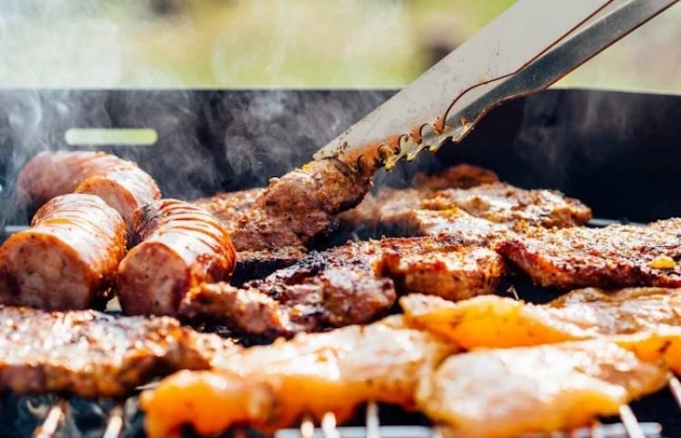 Vegana denuncia a sus vecinos por el olor de sus carnes asadas