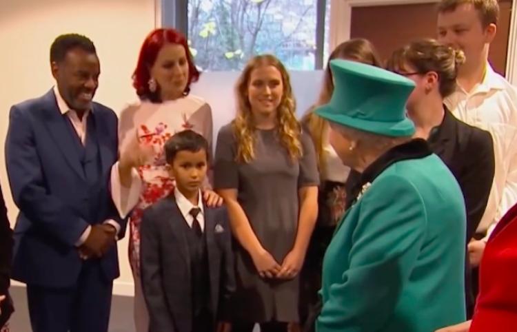 Un niño cae de rodillas y huye gateando de la sala al ver a la reina Isabel II