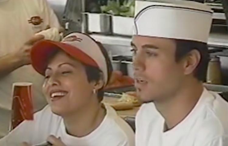Enrique Iglesias sirve hamburguesas y coquetea con clientas