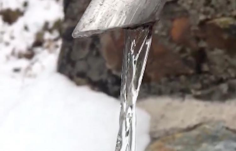 Parece hielo, ¡pero es agua que fluye!