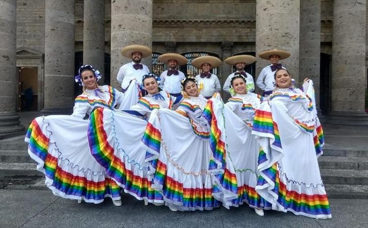 Trans conoce la tradición en el grupo de danza LGBT + de México