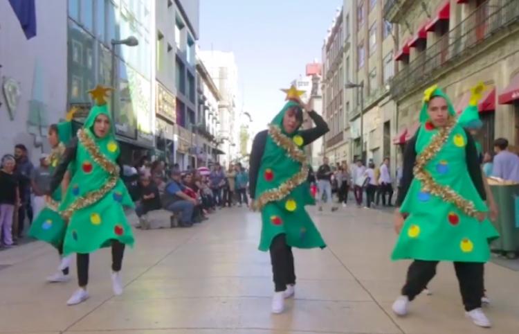 Bailan vestidos de pinos de navidad
