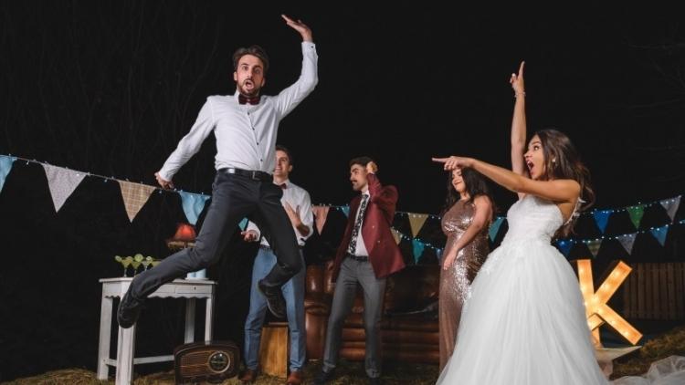 Invitado de una fiesta parte el piso con un baile acrobático