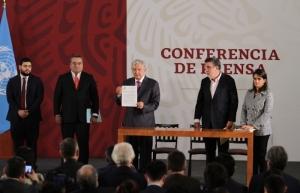 """Firma López Obrador decreto para acabar con el """"huachicol"""" de cuello blanco"""