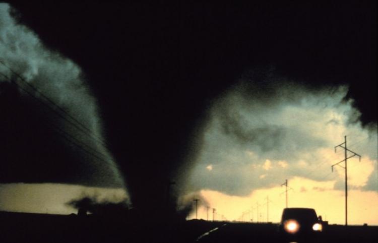 """""""Los niños estaban petrificados"""": Una familia se topa con un enorme tornado en una carretera"""