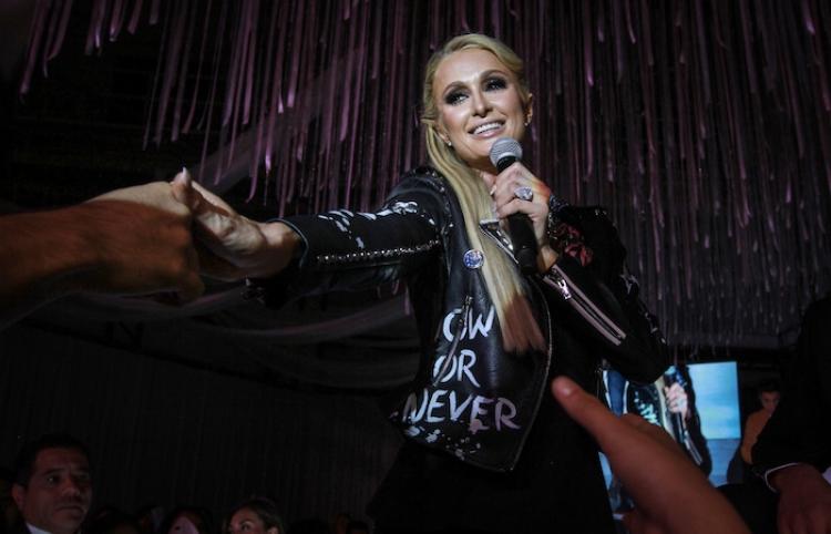 Paris Hilton exhibe en pasarela nueva colección de ropa y zapatos