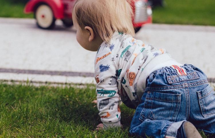 Una niña de 2 años sale ilesa tras ser atropellada por un automóvil