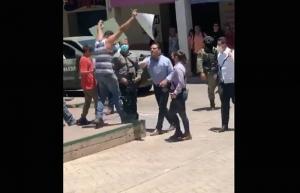 VIDEO: Silvano Aureoles empuja a manifestante en Aguililla