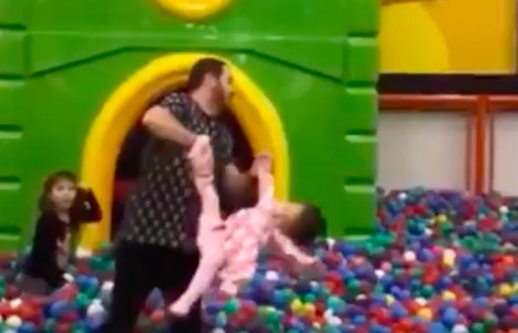 Padre lleva a sus hijas a jugar, madre se enoja