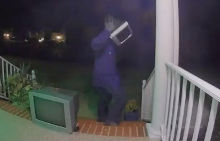 Un hombre dejó televisores viejos afuera de casas de extraños