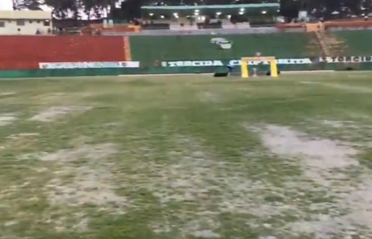 Una lluvia torrencial inunda en segundos un estadio colmado de espectadores