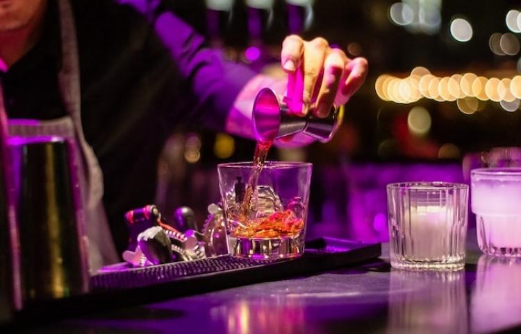 El desabastecimiento de alcohol limita el catálogo en los bares de España