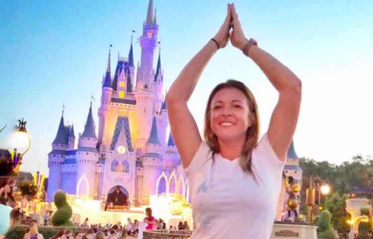 Mamá se va sola a Disney para celebrar regreso a clases