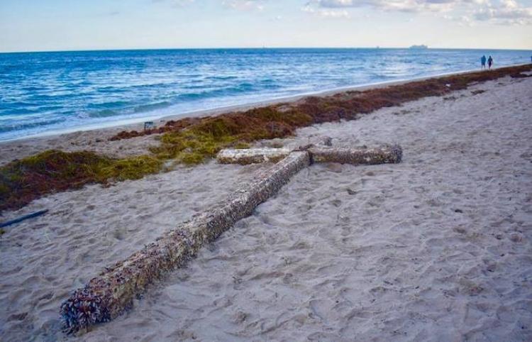 Una cruz de madera de 6 metros aparece flotando frente una la playa de EE.UU.