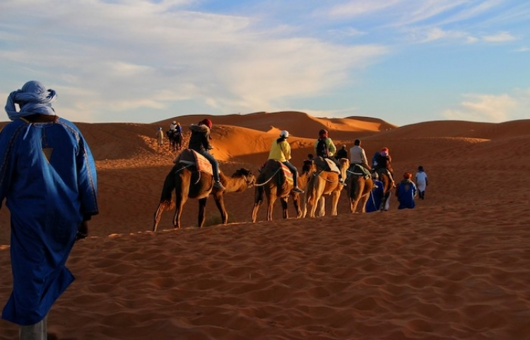 Camellos surcan el desierto saudita convertido en un lago