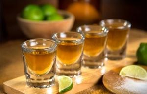 Investigan muerte de ocho personas en Guerrero tras consumir tequila