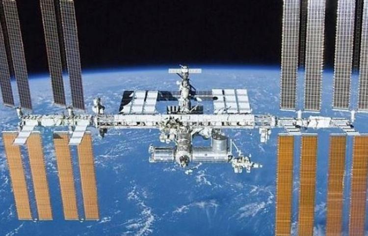 La tripulación de la EEI sella provisionalmente varias posibles fugas de aire