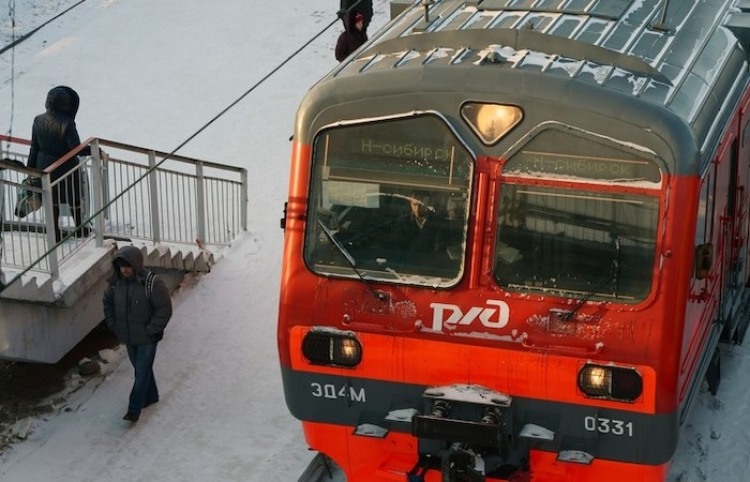 Pasajeros sacuden un tren para rescatar a un hombre atrapado entre el andén y un vagón