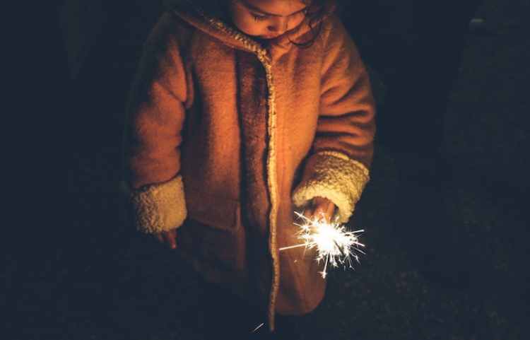 Niño provoca la explosión de una alcantarilla mientras jugaba con fuegos artificiales en China
