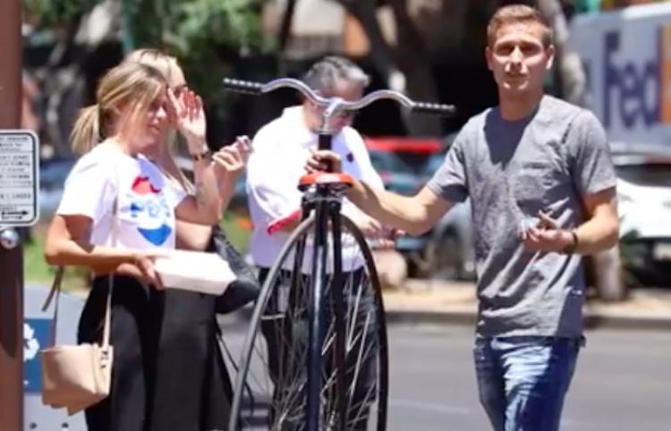 Se ríen de este chico y su bici gigante