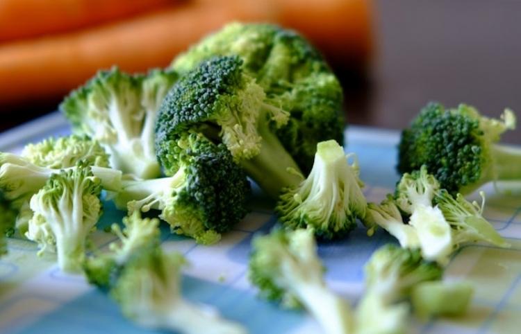 Compuesto natural de brócoli podría ayudar a combatir el hígado graso