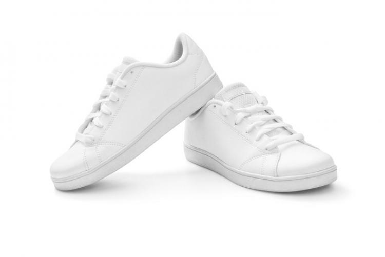 Los jóvenes se entregan para las zapatillas de deporte elegantes.