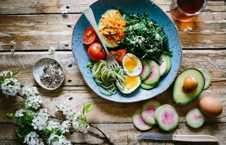 Sugieren cambiar hábitos alimenticios en fin de semana para bajar de peso