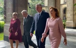 Opositor asegura que AMLO contrató a médicos cubanos sin título para inyectar recursos a Díaz-Canel