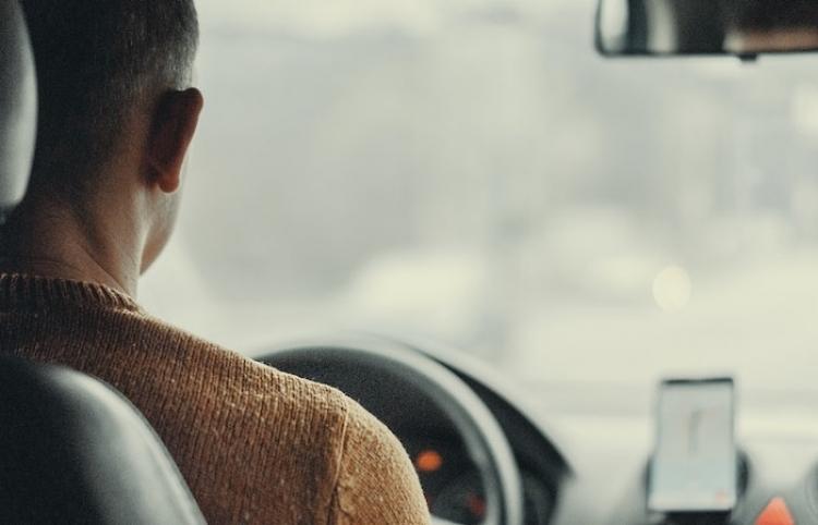 Un taxista de la India canta una canción para un pasajero y se vuelve famoso en las redes sociales