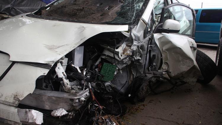 Conductor adolescente recibe un balazo en la cabeza y arrolla a 7 personas