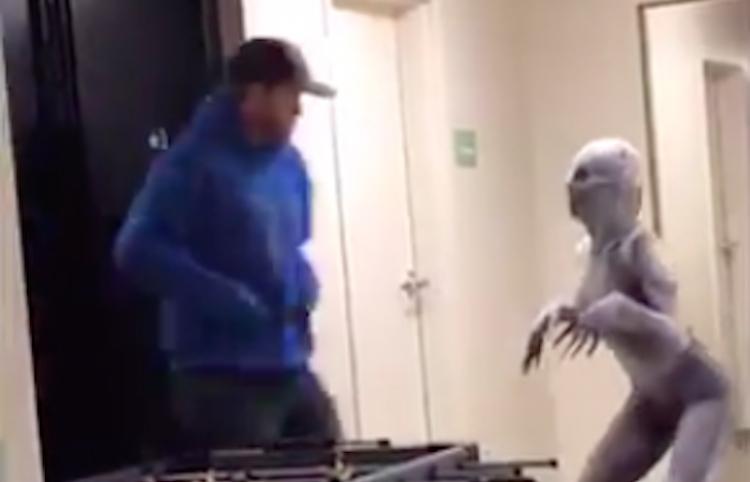 Estudiante aterroriza a compañeros con disfraz de Halloween