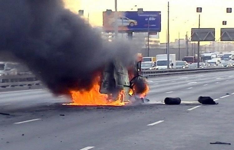 Una furgoneta con garrafas de gas explota en una autopista de Moscú