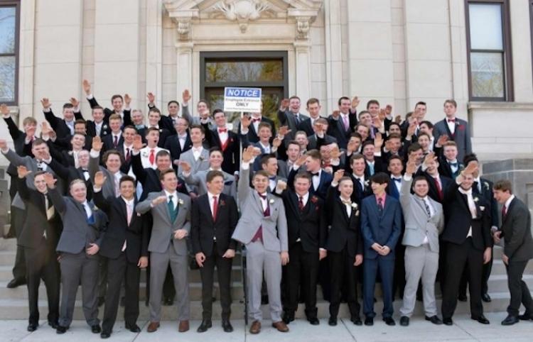 Investigan a estudiantes recién graduados por posar con saludo nazi en fotografía viral