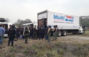 Rescatan en Veracruz a cientos de migrantes ocultos en cajas de tráiler