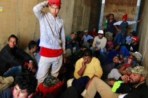 Cajas de tráiler sirven de refugio andante para migrantes centroamericanos