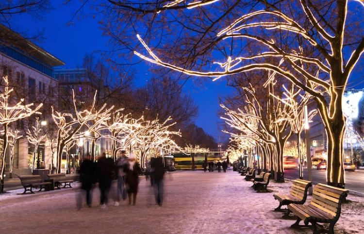 Espectacular iluminación navideña en la principal avenida de Berlín
