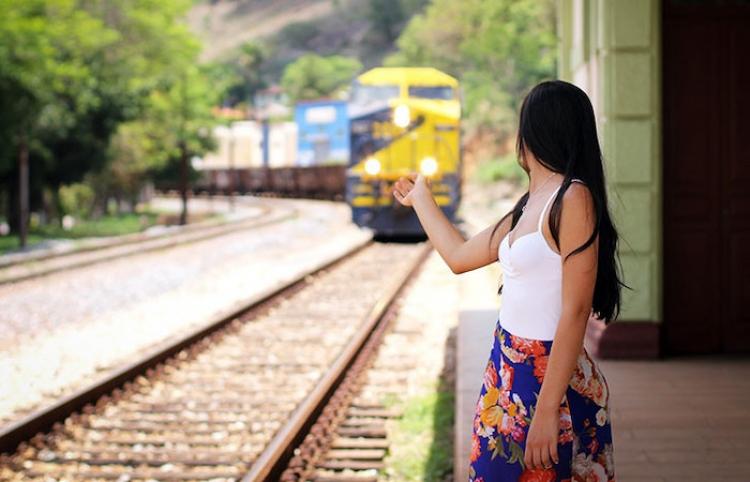 """""""Ninguna gracia"""": Salta a la vía justo antes de que llegue el tren para asustar a su novio"""