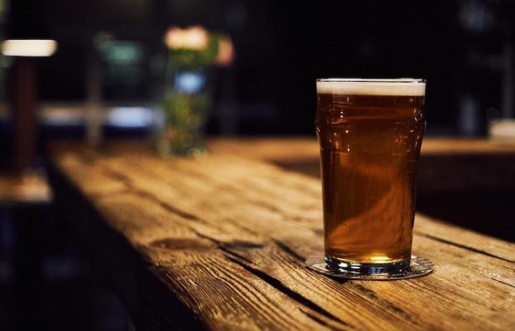 Cobran 68.000 dólares por una cerveza a un turista en Mánchester