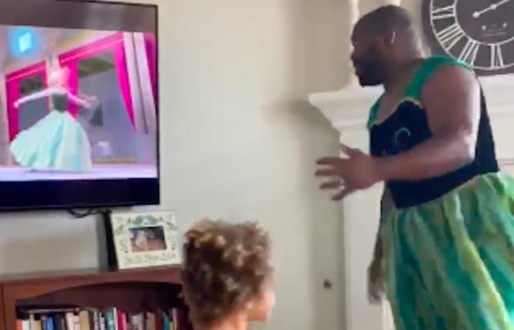 Padre e hija disfrutan de cuarentena