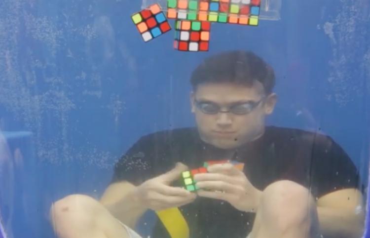 ¡IMPRESIONANTE! Hombre resuelve cubos Rubik bajo agua
